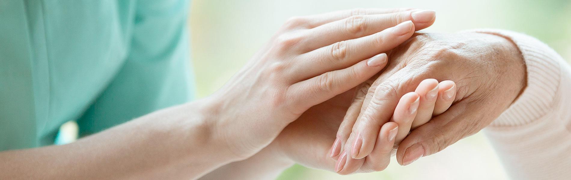 患者さんの手を握るイメージ写真