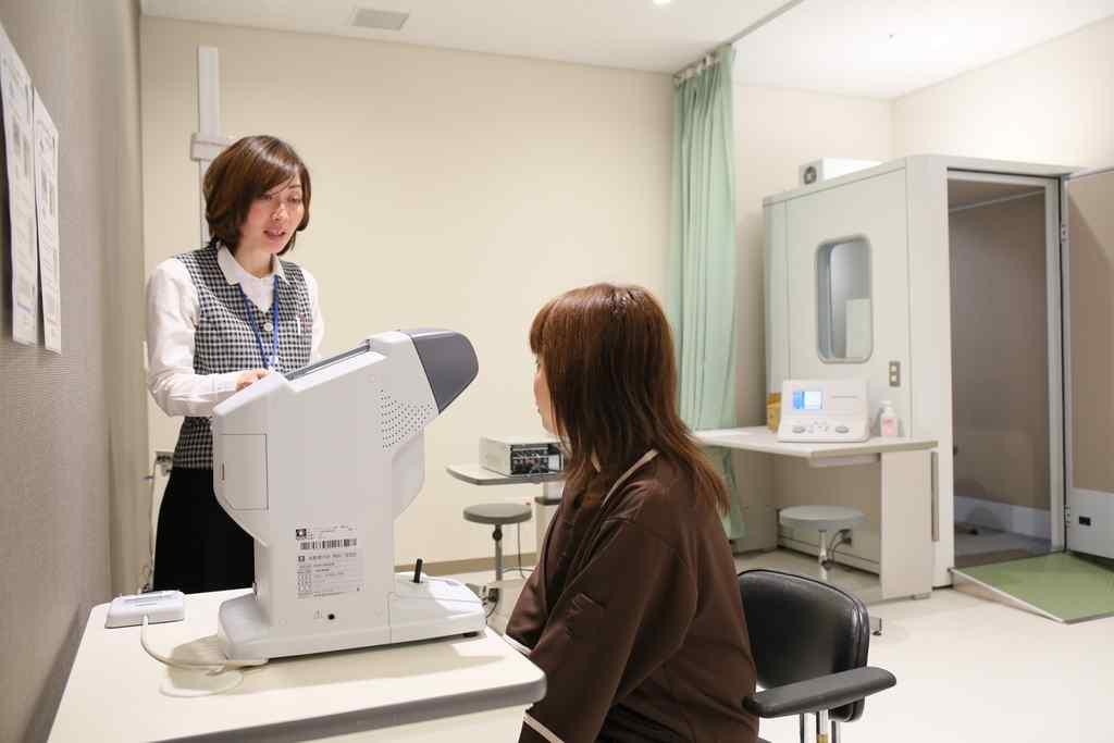 自動視力計での検査風景の写真